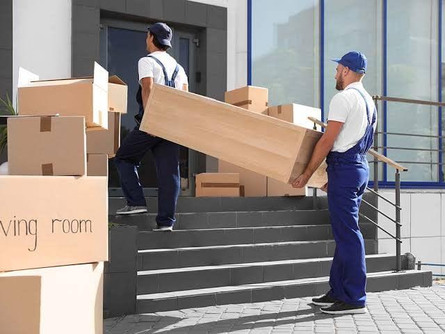 رجلان يحملان صندوق-شركة نقل اثاث